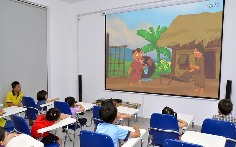 tại sao nên đầu tư máy chiếu cho lớp học